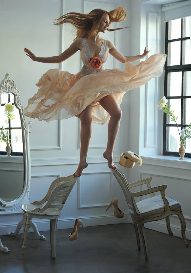 飛舞的裙角...雖然模特神情很輕鬆, 但我們能感受到畫面中的緊張感!