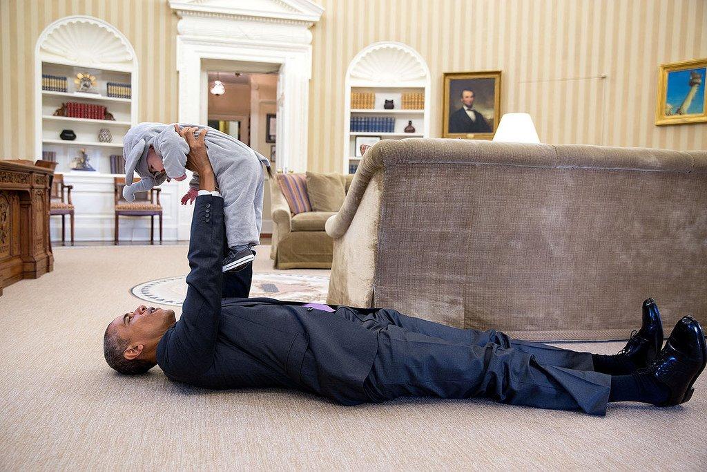 歐巴馬除了是美國第一任非裔總統之外,開朗幽默的個性也為嚴肅的政界帶來許多新氣象。 (這張超爆Q啦(´▽`ʃ♡ƪ))