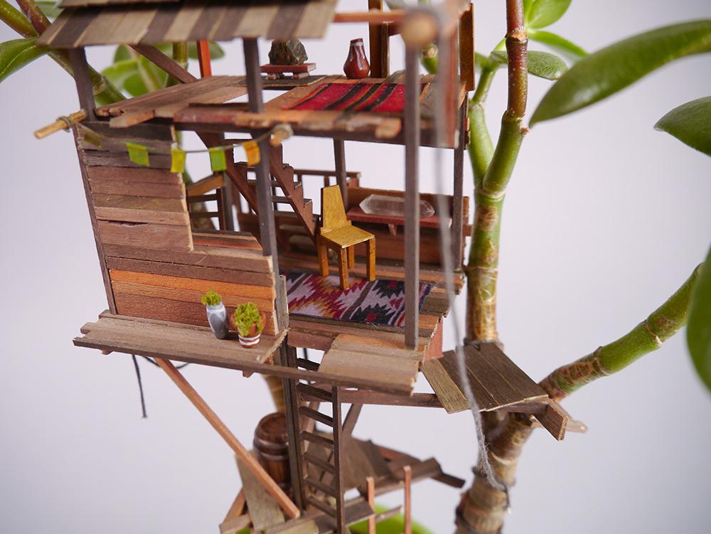 在日常的工作中,Jedediah 會創建各種微縮道具或模型,這些創作不可避免地會留下巴沙木、椴木的邊角廢料,或是各種廢棄面料,為了不將這些廢料浪費,他就利用自己的休息時間來創建各種各樣充滿奇幻構思的小結構。