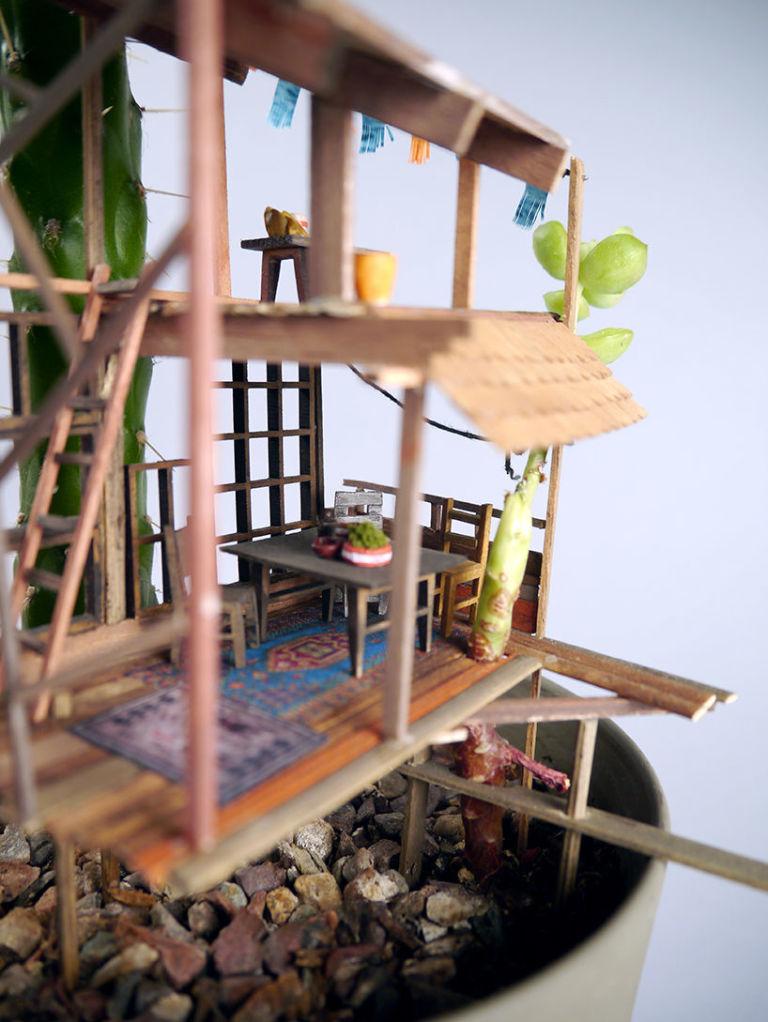 Jedediah 的微型樹屋非常有家的感覺,儼然一個活生生的迷你世界...讓人想要擁有可以把自己變小的魔法,進到這樣的屋子裡一探究竟...☺