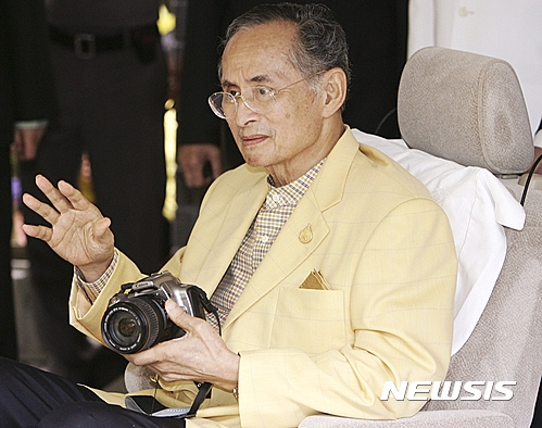 「泰王蒲美蓬」在10/13病重不治,享壽89歲