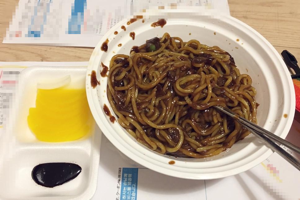 這是韓國外送版炸醬麵,味道是甜鹹口味,顏色看起來比較沒那麼深。