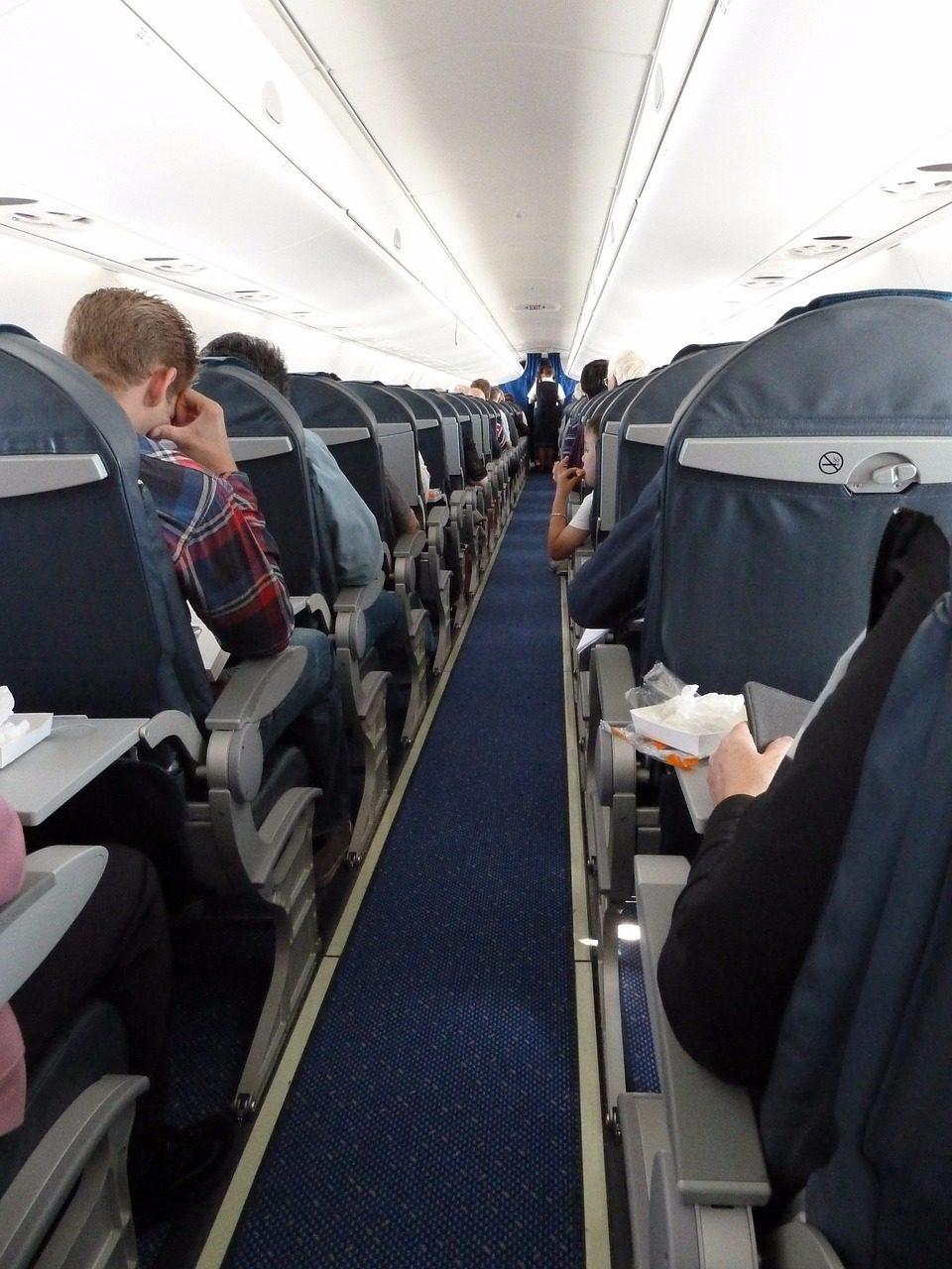 空服員就問班機上有沒有醫師?塔米卡立刻舉手,但空服員看到她舉手卻說:「喔不小可愛,放下你的手,我們在找