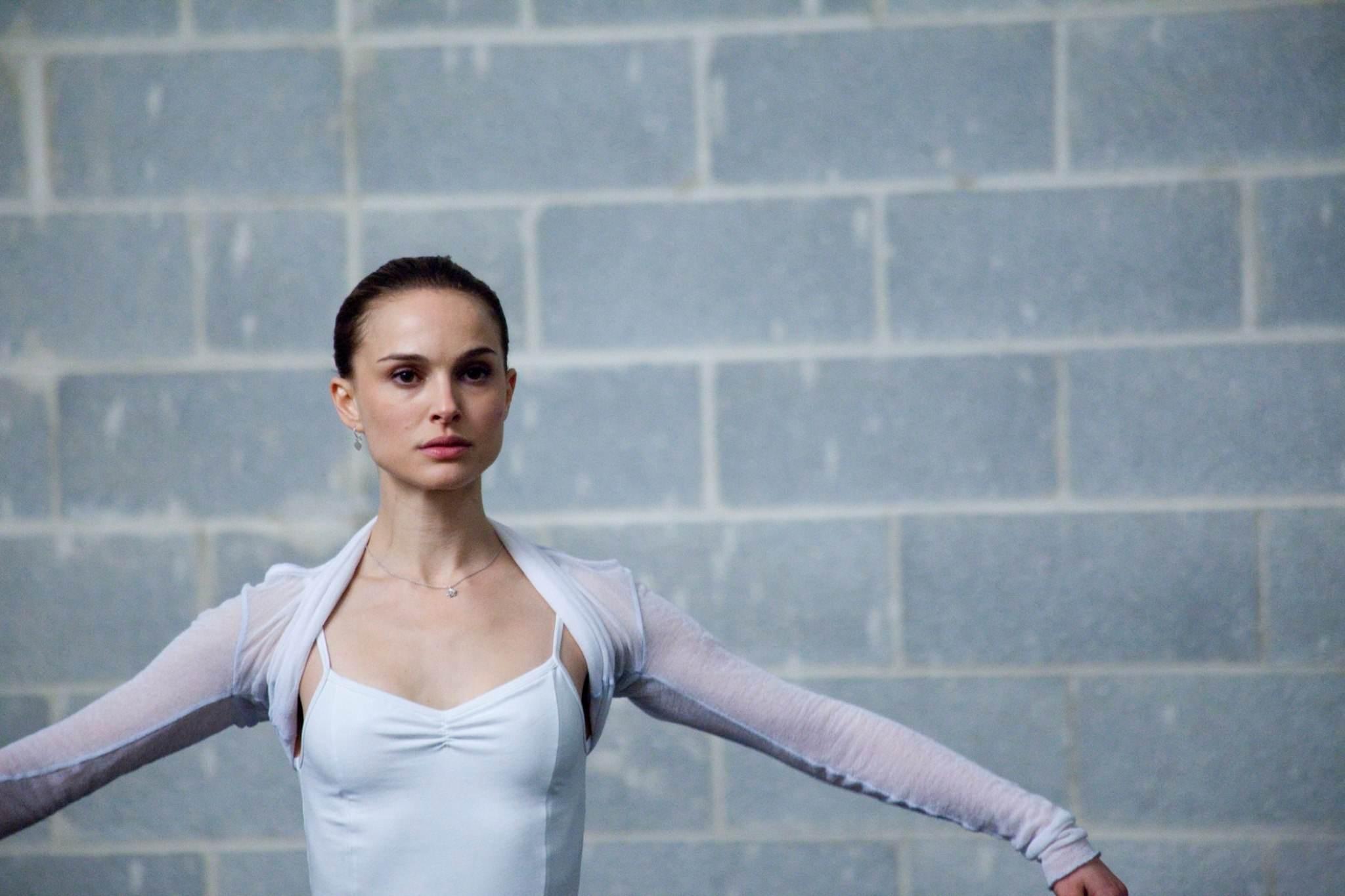 娜塔莉波曼 智商高達140 以電影《黑天鵝》獲得奧斯卡最佳女主角的娜塔莉‧波曼(Natalie Portman),畢業於哈佛大學,並曾在以色列的希伯來大學(Hebrew University)修習研究生課程,更通曉6國語言。