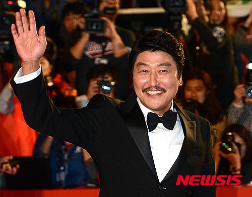 例如在韓國有國民影帝的宋康昊及演出韓劇《Signal》的金惠秀,因曾公開表態支持制定追悼罹難者及賦予搜查權與起訴權的「世越號特別法」,而被列入名單;