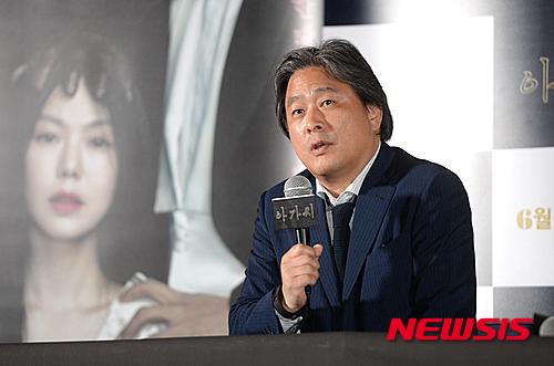 就連號稱南韓最廣為人知的導演朴贊郁也因在2012年支持朴槿惠對手,遭到打壓。