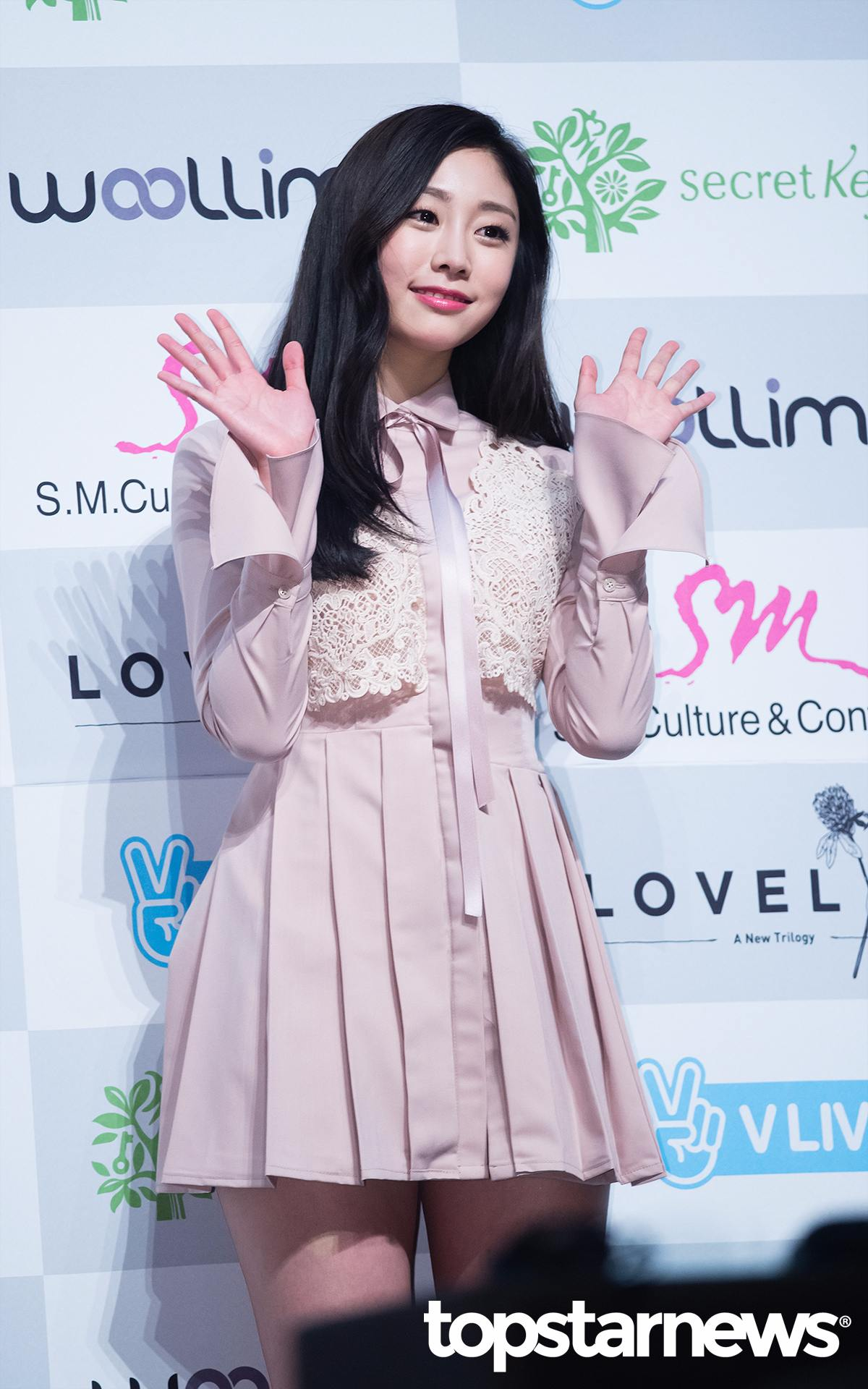 Lovelyz徐智秀,可以說是被女生粉絲討厭的最大受害者。還沒正式出道就因為在韓國知名以女性用戶為主的網站上傳的文章,而被傳成校園霸凌主使等等…因此延遲了出道。