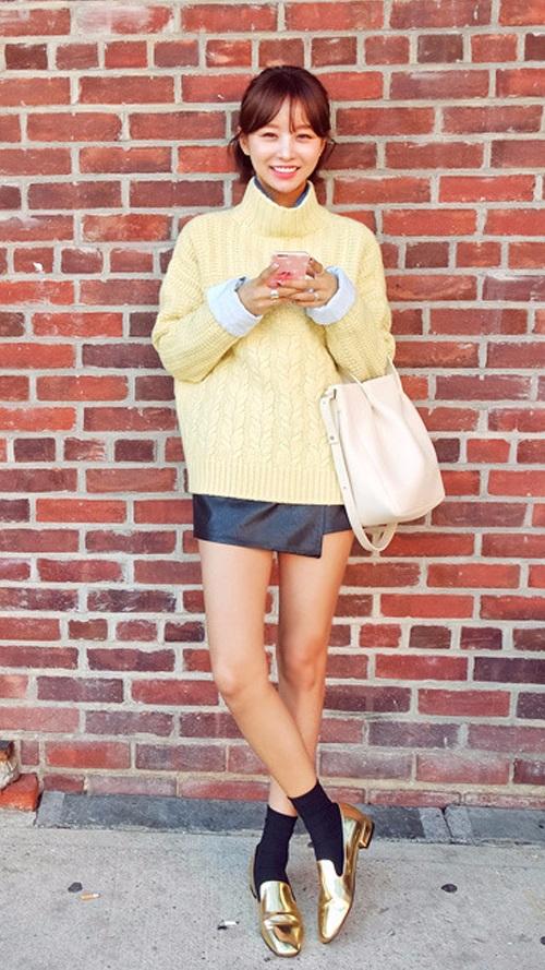 如果擔心走光,可以內搭短褲或短裙! 毛衣帶有設計感的廓形可以把你多餘的小贅肉貼心地包裹起來喲XDD