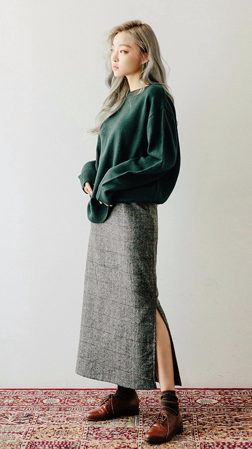 ❈ 毛衣+長裙 如果你不喜歡太長的毛衣,但是又喜歡穿長裙, 那麼毛衣 X 長裙的搭配一定不能錯過哦... 各種材質的裙子都能與它完美搭配呢~