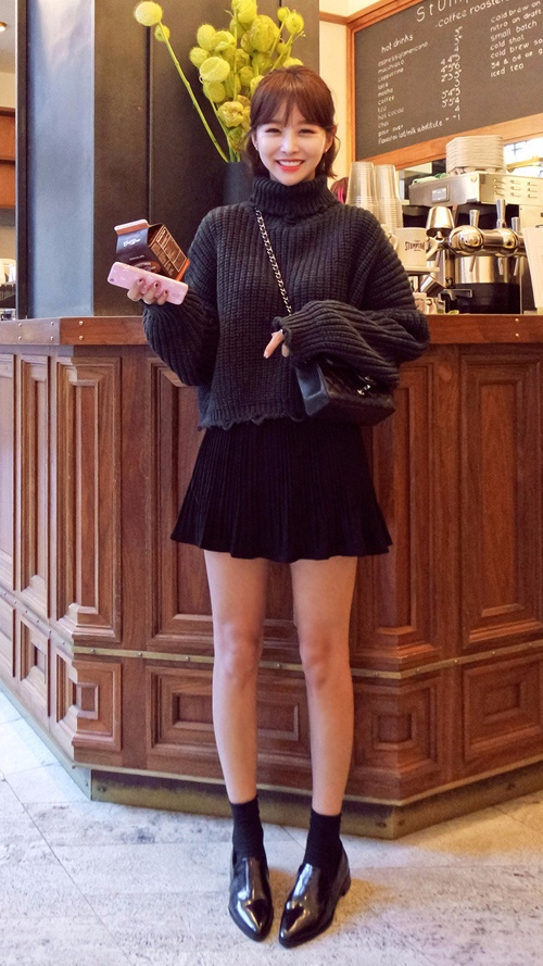 ❈ 毛衣+闊擺裙 溫暖的毛衣搭配蓬鬆的闊擺裙,時尚度根本爆表! 短款毛衣或者將毛衣塞到裙子裡,這樣的打扮都能讓你散發青春感,而且能輕鬆營造的高腰線,想要顯高顯瘦...這一招必須會^^