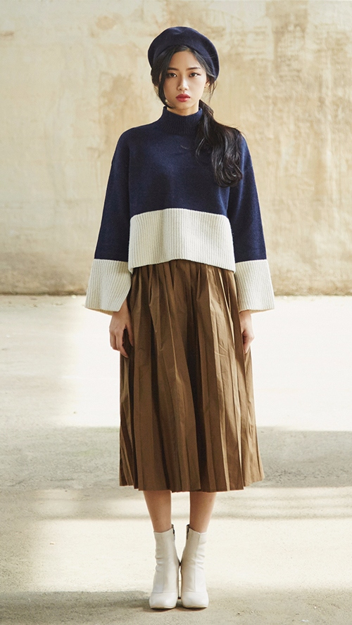 今秋時尚度百分百的百褶中長裙和溫暖的毛衣 搭配起來也很和諧喲...~