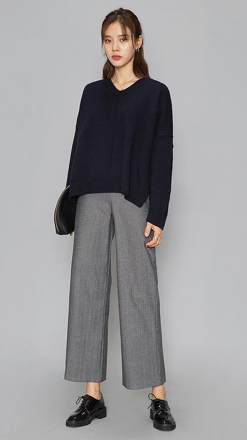 衣角開V領設計毛衣搭配銀灰色闊腿褲 滿滿的高級感...時尚氣息撲面而來 想職場穿搭多點時尚氛圍,這一套可以盡情學起來哦~