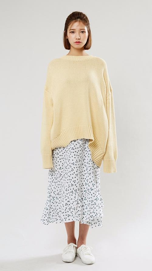 夏天的印花長裙,千萬別收起來 搭配一件純色毛衣..一繁一簡,相得益彰!