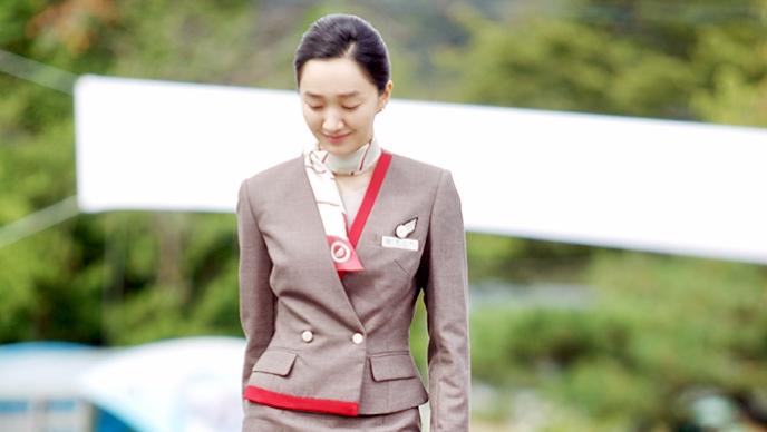 日前官方也上傳秀愛穿著空姐制服的劇照 讓網友們大嘆「美貌果然不會隨著時間背叛啊」