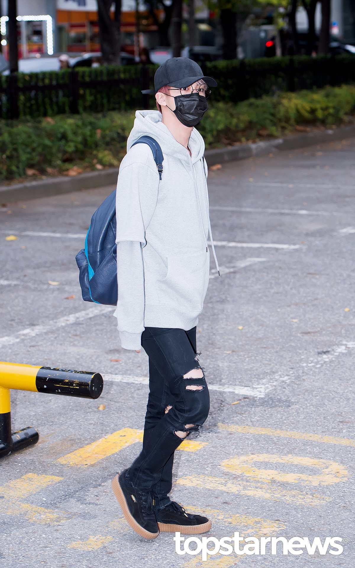 大哥Jin用黑色口罩遮霸氣~ 戴上圓圓眼鏡有帥氣學長感~