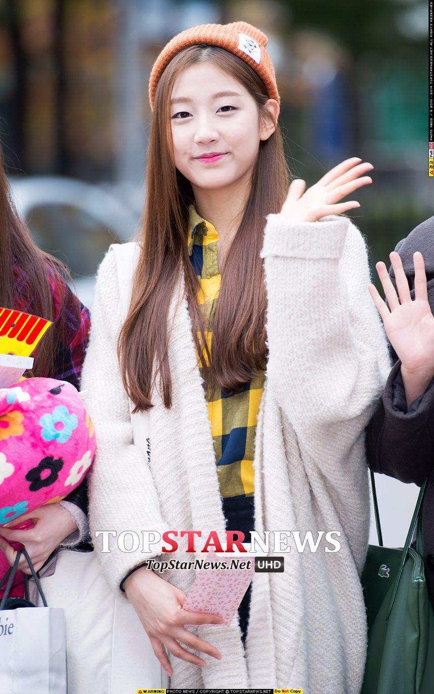 Lovelyz 叡仁 如果是戴針織帽,似楓葉紅的顏色更適合秋天哦~ 叡仁的發色較亮,一邊輕輕地放在耳後, 清新柔美的淑女的感覺瞬間翻倍^^
