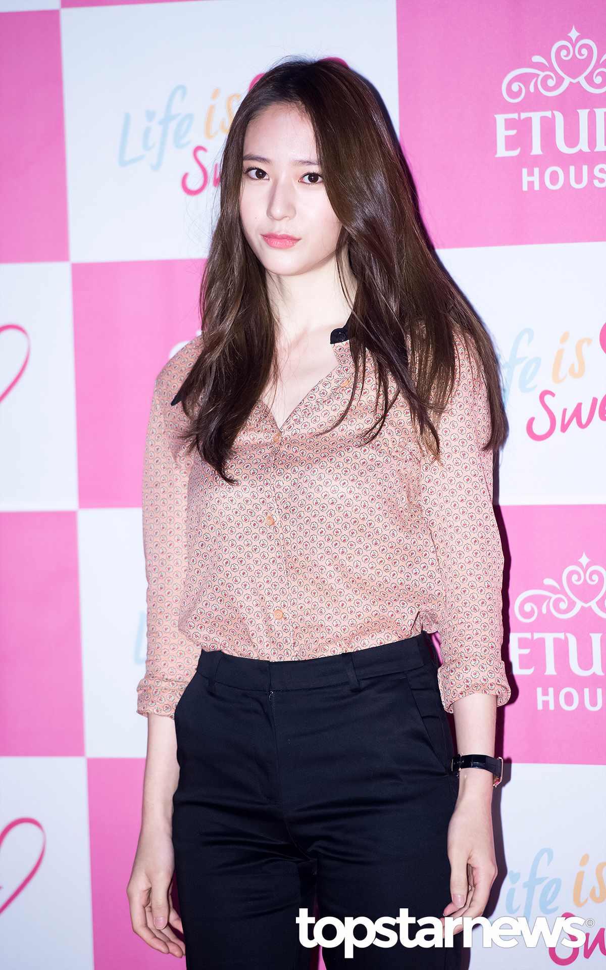 Krystal是冷美女的代表~ CHIC和性感有時散發出可愛魅力讓人陷入其中 在女生看來都是女神級人物啊~!!!