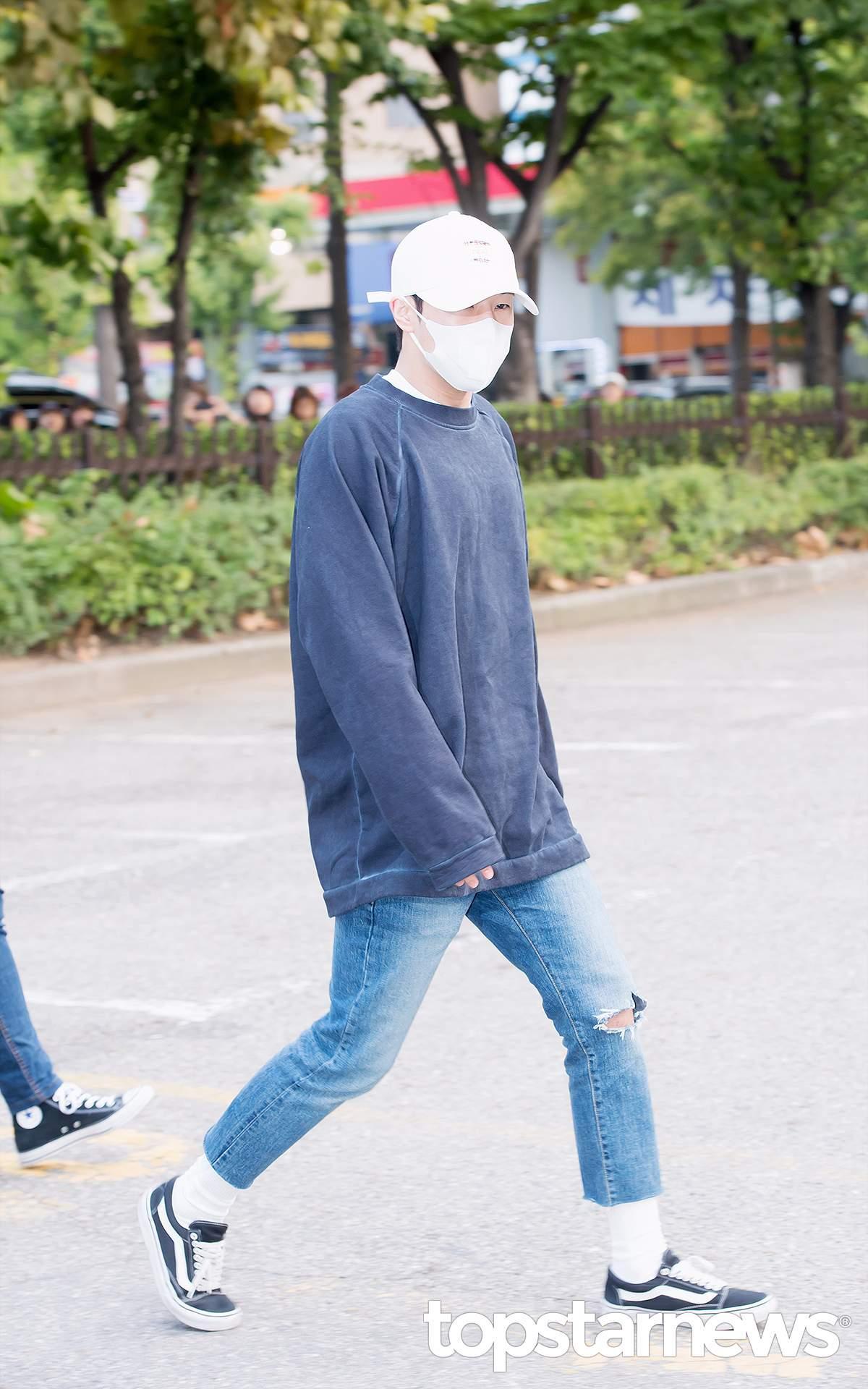 2.混搭 韓國歐巴真的很少會單穿一件T,一定會內搭一件T,或者是長T X 襯衫 X 外套,打造出層次感。但混搭不等於亂搭,一定要搭配好顏色,內搭T通常以黑白灰為主。