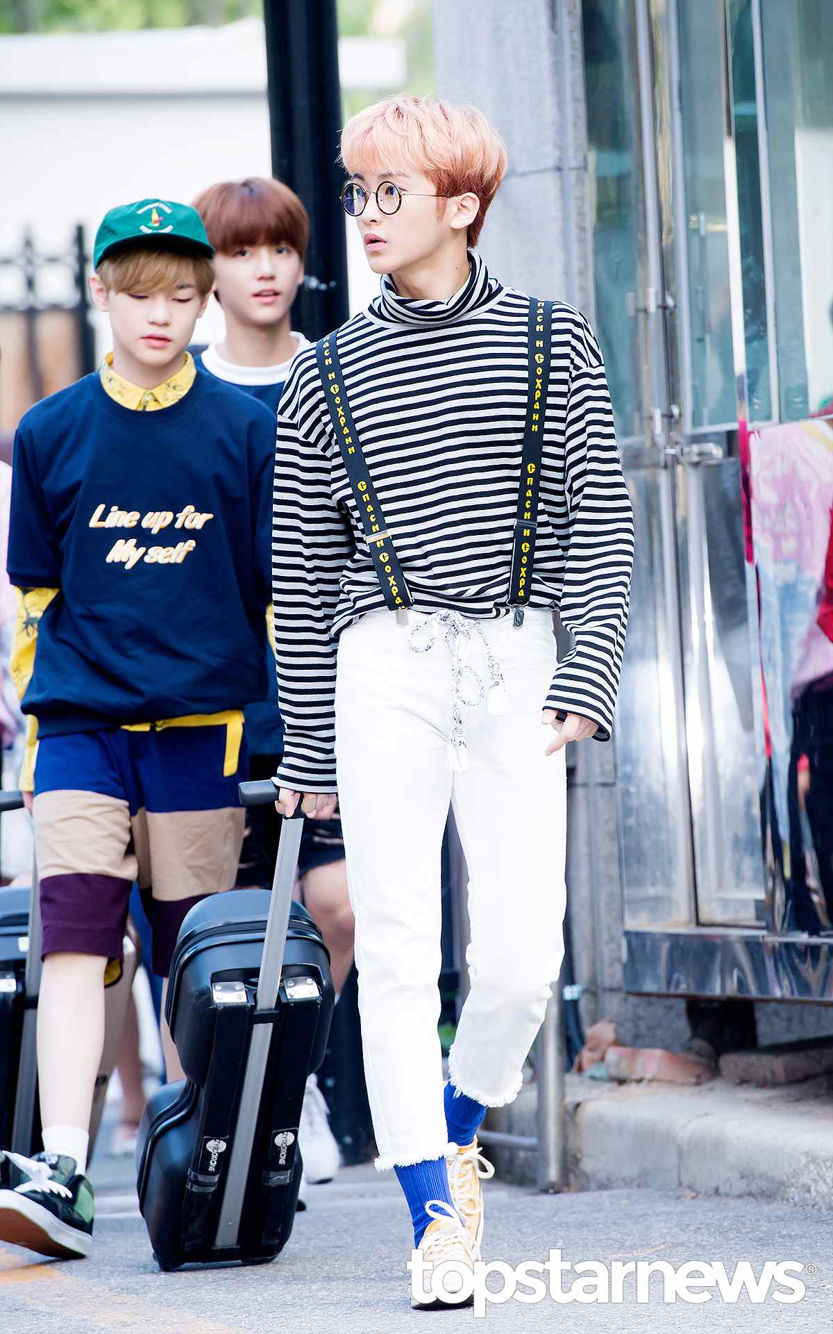 6.露出襪子 相信很多人跟摩登少女一樣,覺得這種搭配有一種麥可·傑克森的既視感,韓國男生就算褲子沒有很短,也會故意挽起褲腳,露出襪子來。