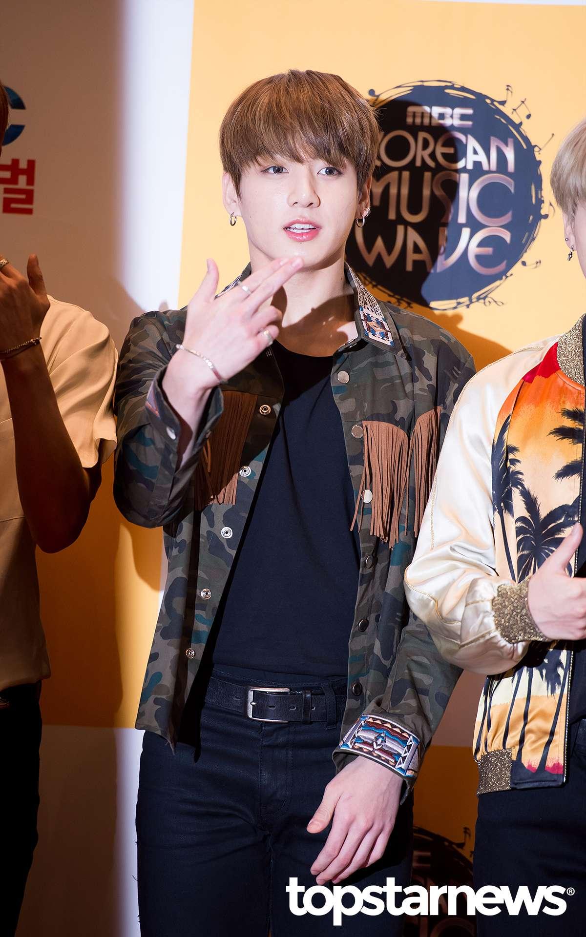 #配飾 1.誇張的首飾 隨著K-POP的流行,首飾早已不是女生的專利了,很多韓國歐巴也都在用耳環、耳釘、關節戒指、項鏈、手鏈等首飾來增加街頭時尚感,比起誇張的金色,可以選銀色來戴。
