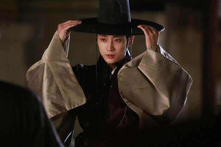 ✿TOP 6 - 鄭振永 電視劇:KBS2《雲畫的月光》 ➔上升19個名次 沒想到我們胤聖大人居然死了,完全超意外啊!深情又善良的大人怎麼可以死~~~~繼上次在《步步》領便當的伯賢後,振永也一次上升了將近20個名次!