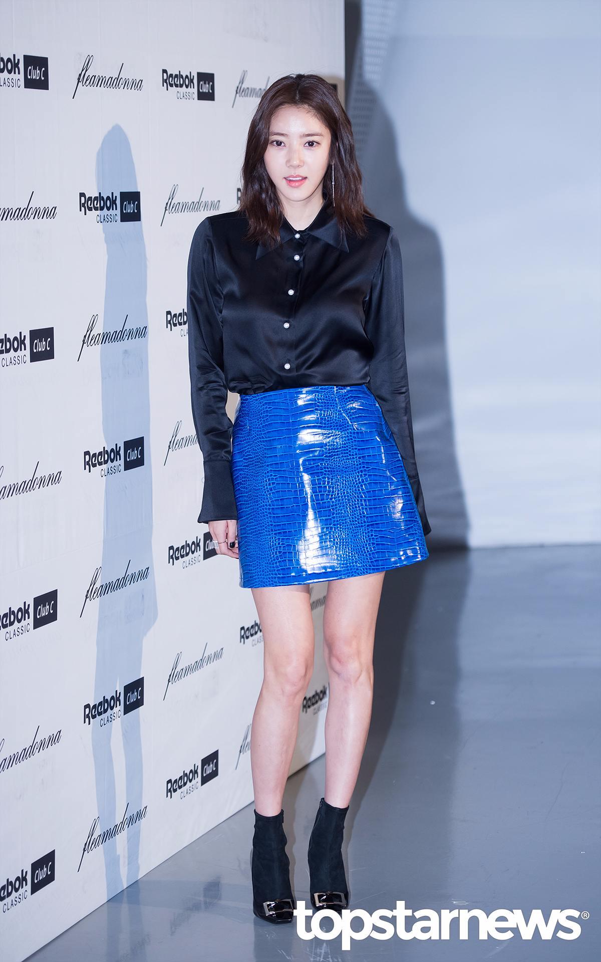 孫淡妃選用的這件黑色絲光襯衫,看起來非常的有質感! 亮點在藍色皮裙...色彩艷麗卻不會讓人覺得刺眼誇張,非常的吸引眼球,而且襯托的雙腿細白長..!