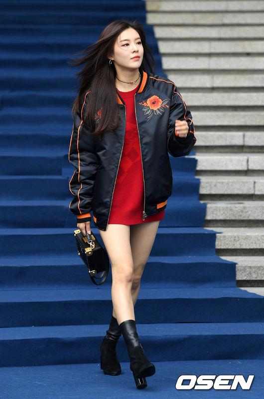 李善彬選用一件簡單的紅色運動衫凸顯好身材,外搭Sukajan夾克,酷酷的感覺...夾克上紅色刺繡印花跟運動衫色彩上相互呼應協調,再加一雙黑色過踝短靴和黑色小方包完成了整體搭配,呈現出帥氣的Girl Crush風格^^