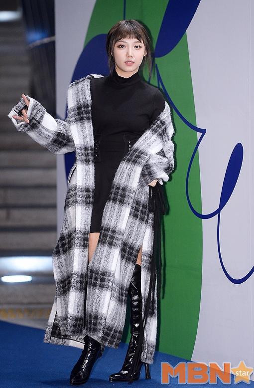 miss A Min基本上算是以一件格紋大衣就完成的整體搭配..整體搭配顏色為灰白黑,非常的高級有質感,而且很有層次...黑色亮皮過膝高跟鞋也很吸睛哦~
