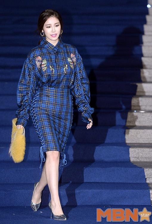 全烋星一襲寶藍色格紋連身裙盡顯女人味... 而且這一套跟時裝周的藍毯真的超呼應呢XDD