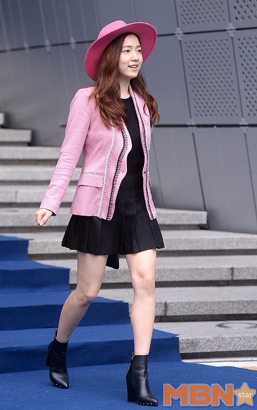 和榮的這一身打扮非常的簡單樸實...粉色西服外套搭配黑色A字百褶裙,視覺上給人舒適的感覺...而且這樣的搭配也簡單易學,也不會有太過誇張,素人穿也不會有任何壓力的呢^^
