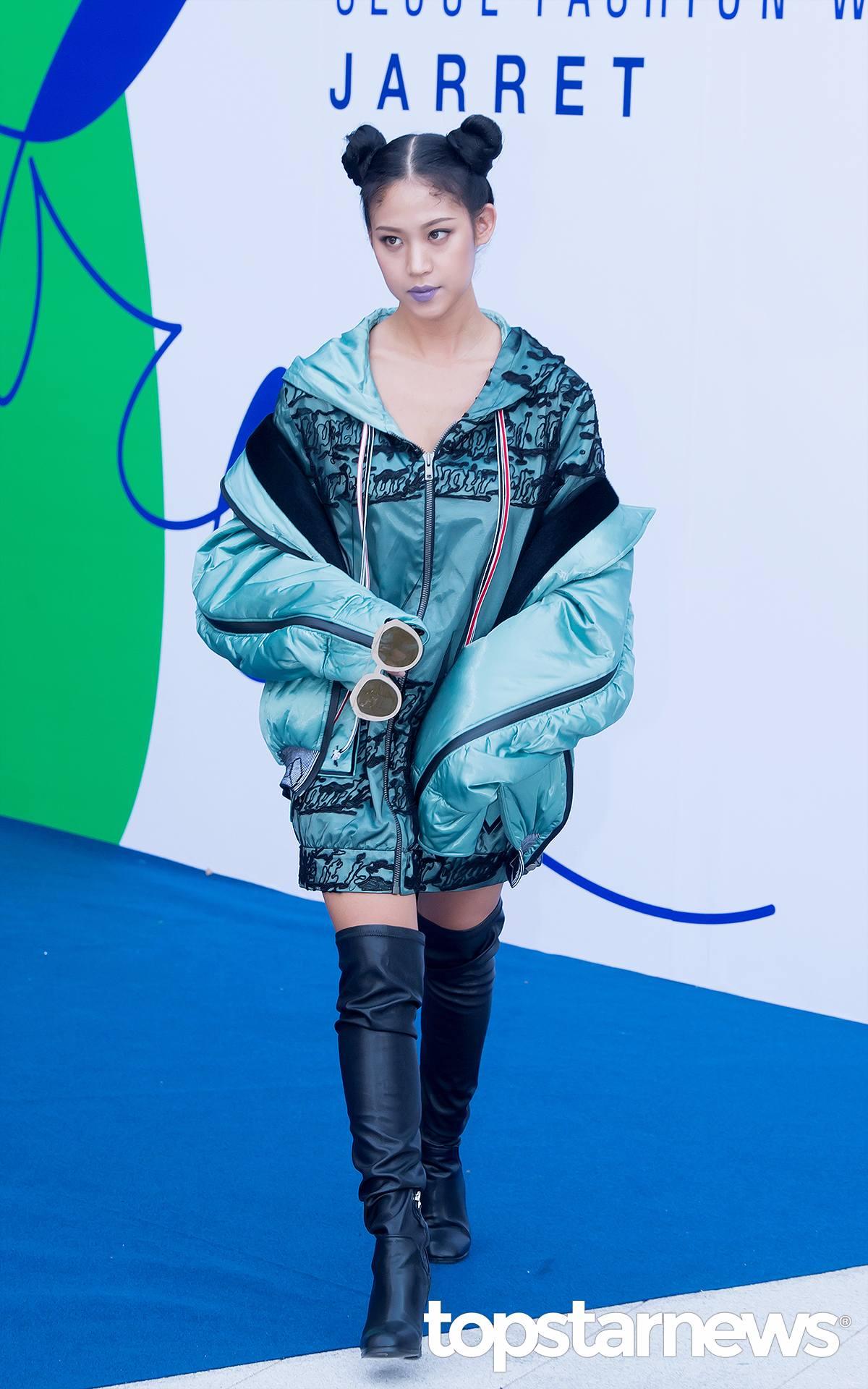 Nada一件簡單的太空夾克就完成了「褲子去哪兒了」的裝扮,過膝長靴的選擇讓整體裝扮看起來酷勁十足^^...在此一定要提一下Nada的唇色,現在在韓國很流行這樣的深色系唇色,酷girl不要錯過哦~