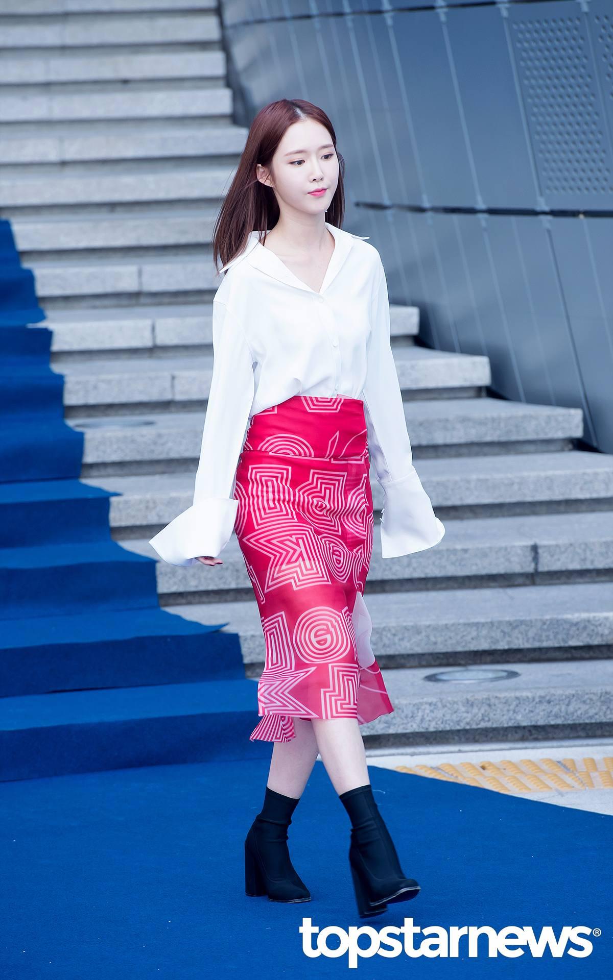 承希的穿搭跟泫雅類似...只是多了一分青春的氣息,少女感十足!枚紅色包臀過膝魚尾裙搭配白色喇叭袖白色襯衫,非常的亮眼...有發現嗎?裙子上的印花都是字母哦^^