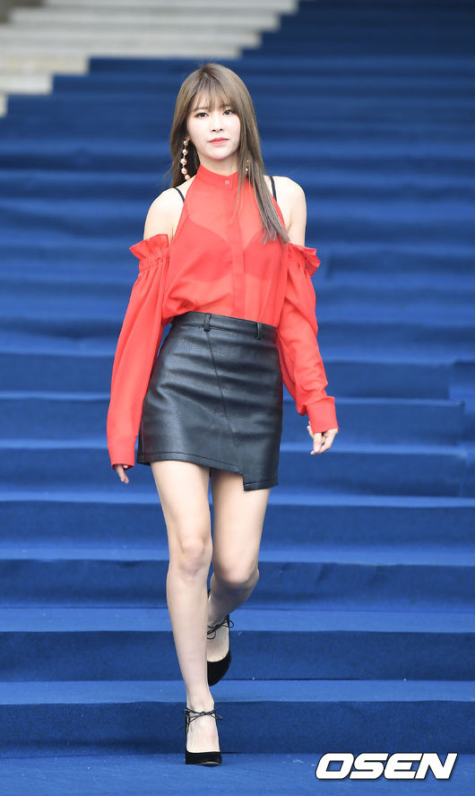 10月20日奇喜賢出席了在東大門DDP舉辦的「2017 S/S HERA首爾時裝周」活動,當天穿著挖肩的半透明紅色襯衫+黑色皮裙亮相!