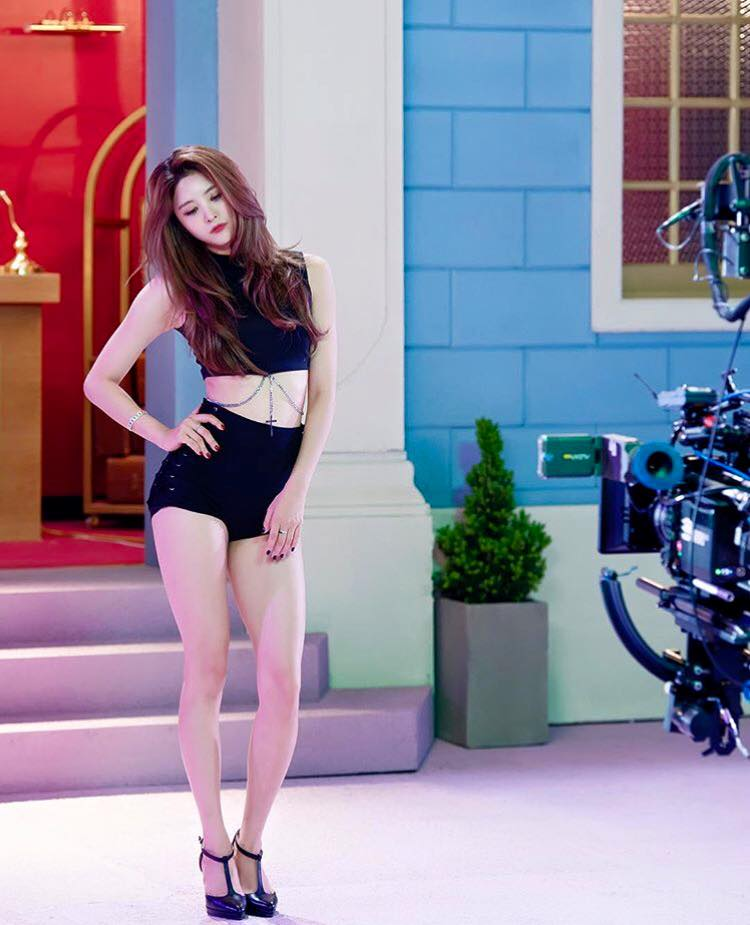 還是之前因為這張零修圖的MV側拍照,身材比例被韓國網友們大力稱讚的EXID成員正花呢?