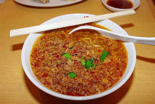 臺灣拉麵是把炒辣的絞肉、豆芽菜、蔥,加入醬油基底的湯頭,再淋上蓋澆麵,還會放入大量的蒜頭。