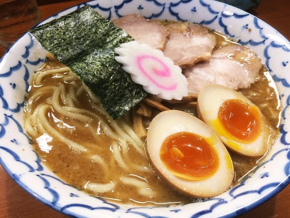 醬油拉麵、味噌拉麵、鹽味拉麵和豚骨拉麵等,日本各地都有著結合不同喜好的特色拉麵。 (啊嘶~這個蛋黃~)