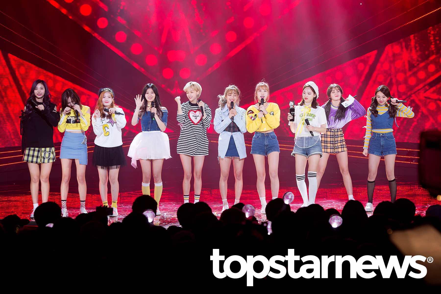 安可舞台時,原本 I.O.I 的成員Somi本來準備要下台,沒想到先是娜璉把麥克風遞給Somi要她跟著唱一段,Somi唱完又準備要下台時又被彩瑛拉住,最後不只一起留到安可舞台結束,Somi還和TWICE成員一起牽起手向台下謝幕