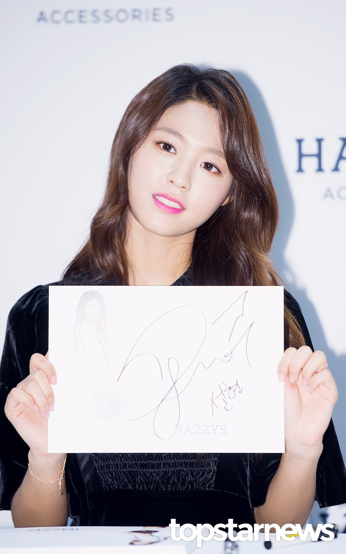 雪炫選擇了稍微泛著藍紫色光的口紅, 率性中透著這些許少女情懷; 光潔發亮的好皮膚搭配自然妝容, 大大提升了整體妝容的完成度哦^^