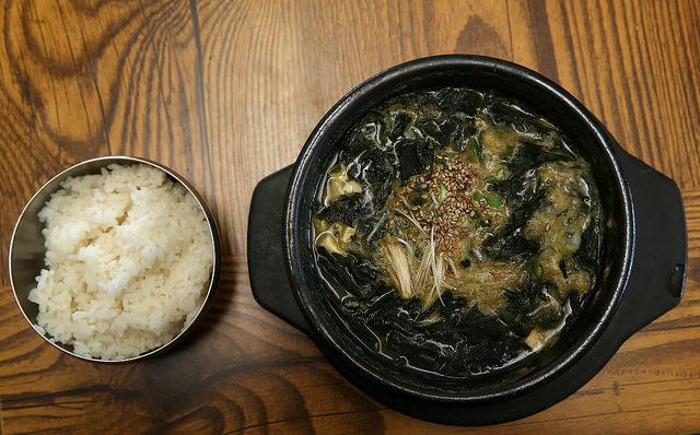 在韓國他們相信海帶有助於孕婦去污血,因此母親坐月子時,富含營養海帶湯是必備。據說更可能會連喝3個月,喝到怕。 (但比臺灣雞湯好的是,海帶熱量不高~)