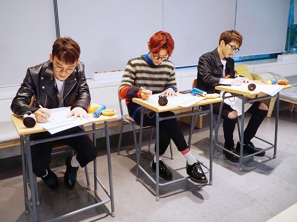 事情發生的經過是EXO-CBX在釜山的拼盤公演出席的消息發表之後, EXO粉絲們就製作了手幅, 上面的口號寫著