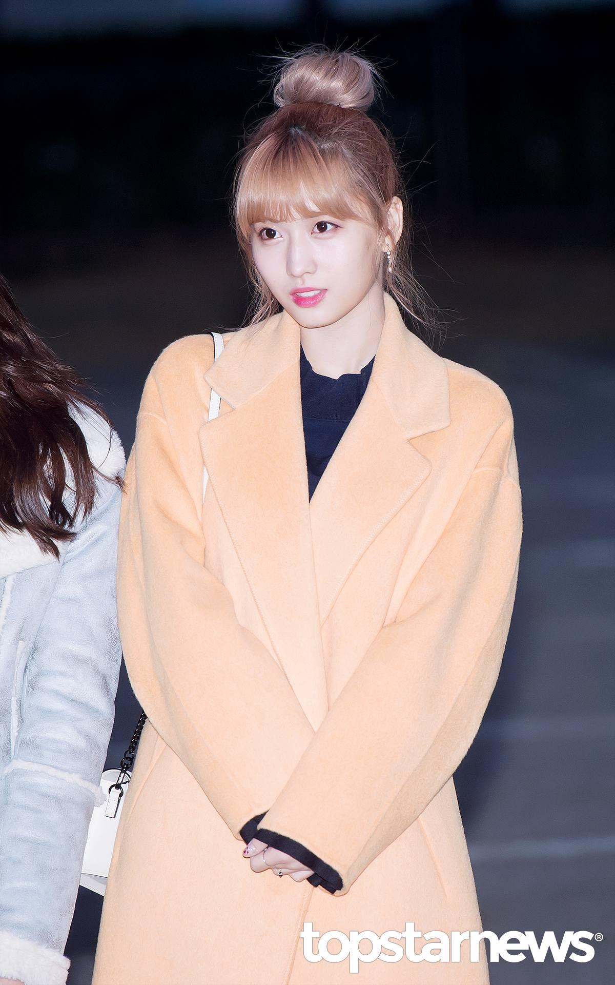 Momo的亮橘大衣是想要買大衣的女孩們可以考慮的樣式,偶爾跳脫黑灰白等基本款顏色來點不一樣感覺,而且亮色系的衣服可以更襯托好氣色!