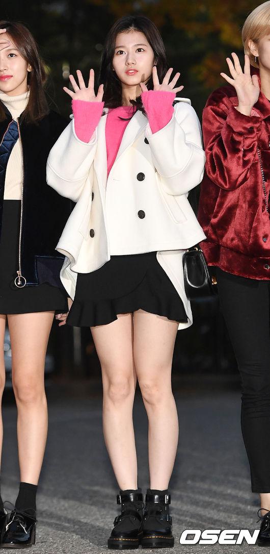 可愛的Sana選擇典型的少女系顏色搭配,粉色長毛衣配上造型白色大衣外套,給人一種超級想保護的感覺呢~ 難怪摩登少女身邊的男生都被Sana迷得團團轉XDD