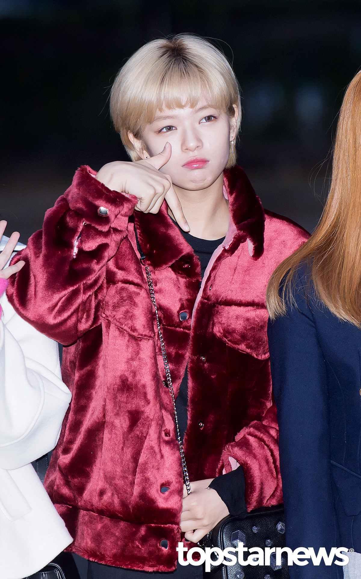 一樣是絨毛大衣款,定延則是選擇紅色的樣式。大家有發現Mina和定延都不是穿長版的嗎?其實比起傳統一般的長大衣,短大衣更顯活力俏皮,也比較不會給人有壓迫難接近的感覺!