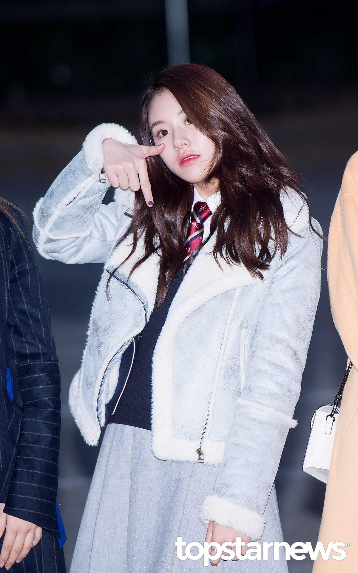 毛邊造型外套,保暖效果佳又好看,可是每年冬天在日韓都賣得超火的單品喔!女孩們可以選擇這種粉嫩淡色或是淺駝色,簡單打造時尚LOOK!