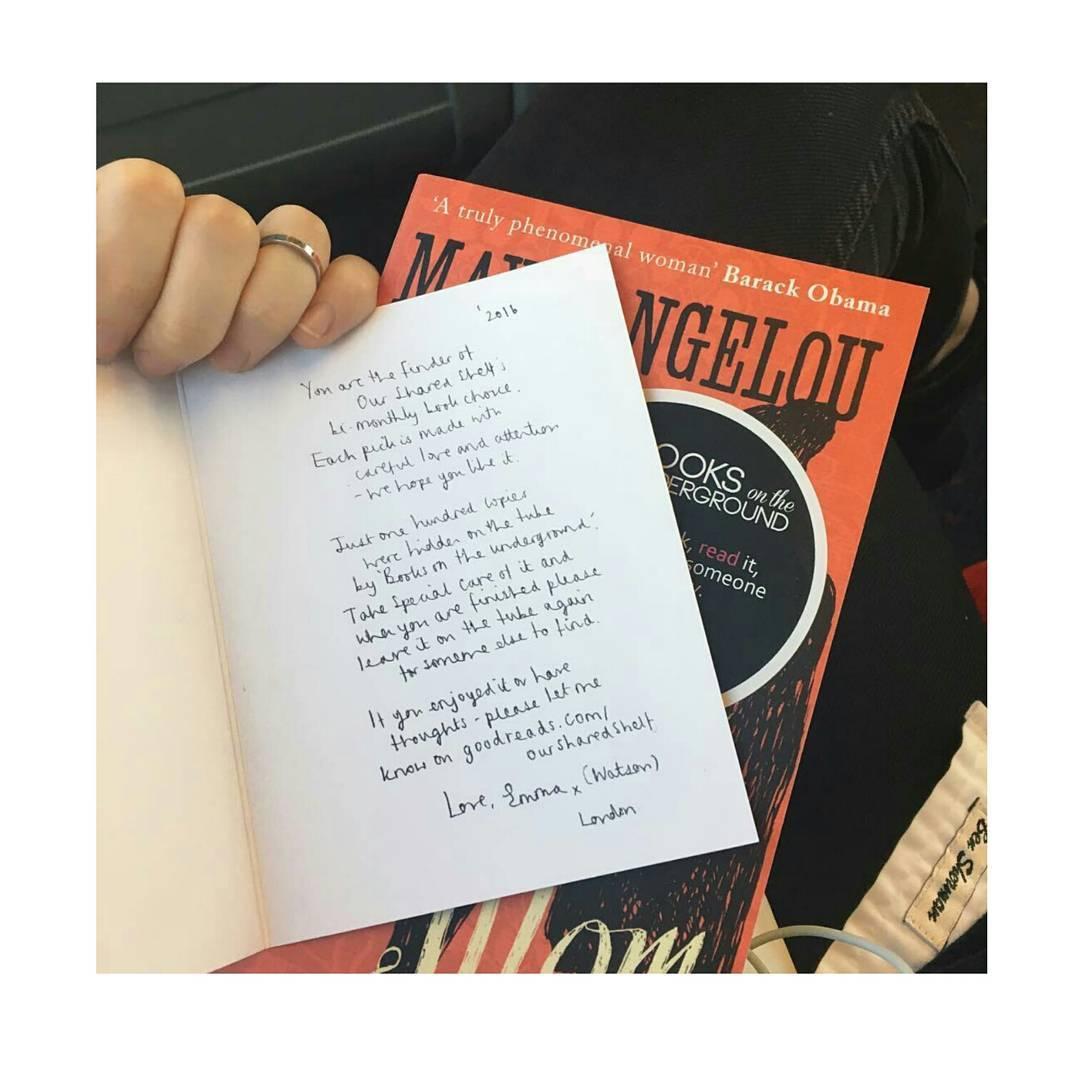 她就在臉書PO出她在倫敦地鐵藏書的照片,每本書還夾著本人的親筆紙條 (拿到女神的紙條好浪漫(〃∀〃))