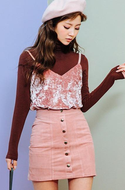 酒紅色×粉紅色 一樣都是同色系的搭配,基本素T配上細帶背心是今年冬天很流行的穿法喔~ 摩登少女覺得2種單品顏色交換搭配也很會很好看!