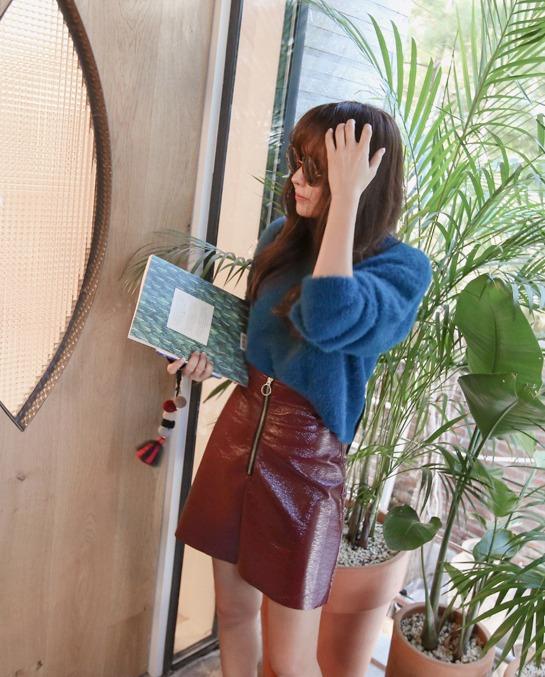 酒紅色×寶藍色 藍色和酒紅色雖然是極度不相似的色調,但意外地非常合喔! 皮裙也是韓妞們冬天的大勢單品之一。
