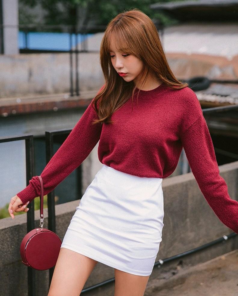 酒紅色×白色 和白色短裙一起穿有種俏麗活力感,中和了酒紅色給人比較成熟的印象。