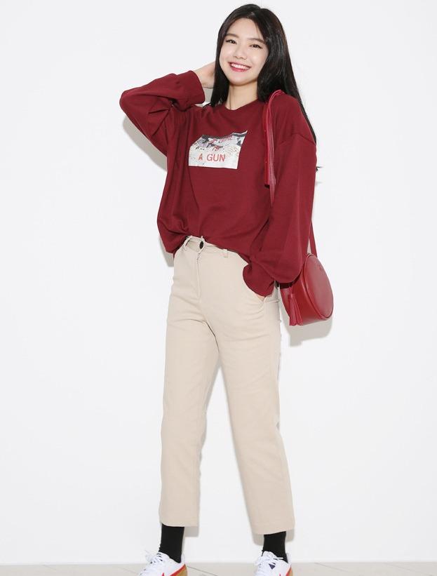 酒紅色×卡其色 休閒感的搭配,很適合學生的穿著,而且一定要和韓妞一樣把上衣紮進去才不會顯老氣喔!
