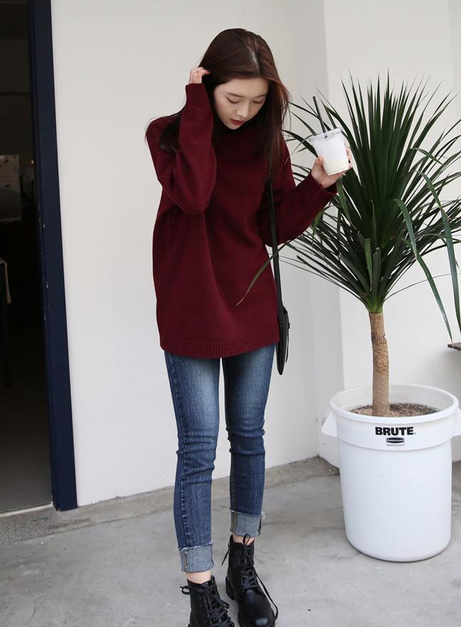 酒紅色×牛仔 酒紅色配上牛仔單品是絕對不會出錯的穿法,不論是褲子還是裙子都好看。